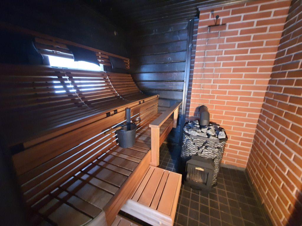 Tuntu riippulauteet ja iso kivikiuas tarjoaa upean sauna kokemuksen.